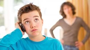 мальчик-телефон-мама на фоне